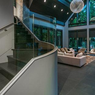 Imagen de escalera curva, actual, con escalones con baldosas y contrahuellas con baldosas y/o azulejos