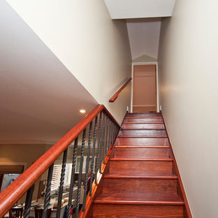 """Immagine di una piccola scala a """"L"""" minimalista con pedata in legno e alzata in legno"""