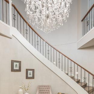 メルボルンの広いカーペット敷きのコンテンポラリースタイルのおしゃれなサーキュラー階段 (カーペット張りの蹴込み板) の写真