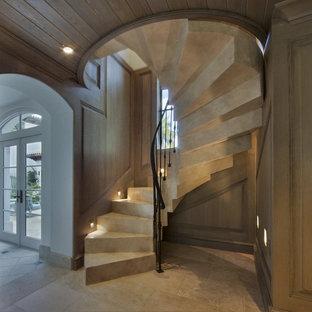 Imagen de escalera de caracol, clásica renovada, pequeña, con escalones de hormigón y contrahuellas de hormigón