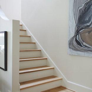 バーミングハムの木のトラディショナルスタイルのおしゃれな階段 (フローリングの蹴込み板) の写真