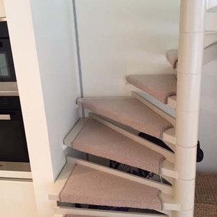 Imagen de escalera suspendida, tradicional renovada, de tamaño medio, con escalones enmoquetados, contrahuellas enmoquetadas y barandilla de metal