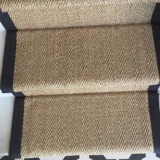 Diseño de escalera en U, rural, de tamaño medio, con escalones enmoquetados, contrahuellas enmoquetadas y barandilla de madera