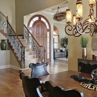 Ejemplo de escalera en L, clásica, grande, con escalones de mármol, contrahuellas de madera y barandilla de varios materiales
