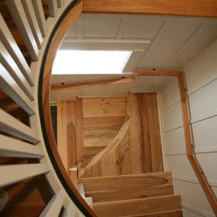 Ejemplo de escalera en L, urbana, de tamaño medio, con escalones de madera y contrahuellas de madera