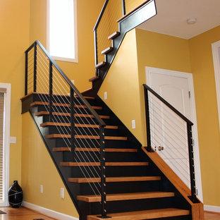 Пример оригинального дизайна: п-образная лестница среднего размера в стиле лофт с деревянными ступенями, деревянными подступенками и перилами из тросов
