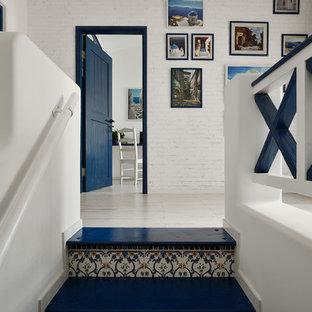 Foto de escalera mediterránea con contrahuellas con baldosas y/o azulejos