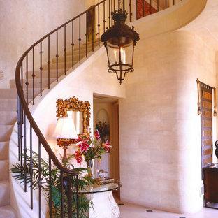 ロサンゼルスのヴィクトリアン調のおしゃれな階段の写真