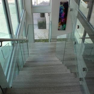 他の地域の中サイズのタイルのコンテンポラリースタイルのおしゃれな階段 (タイルの蹴込み板、金属の手すり) の写真