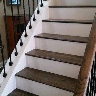 Modelo de escalera recta, de estilo americano, de tamaño medio, con escalones de madera y contrahuellas de madera pintada