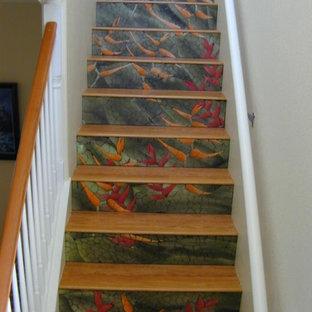 Modelo de escalera recta, exótica, grande, con contrahuellas con baldosas y/o azulejos y escalones con baldosas