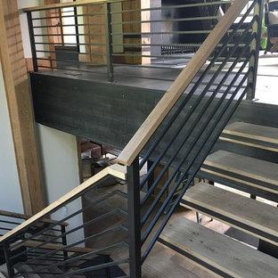 Ejemplo de escalera en L, clásica renovada, grande, sin contrahuella, con escalones de madera y barandilla de metal