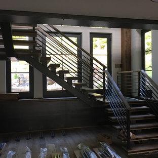 Diseño de escalera en L, clásica renovada, extra grande, con escalones de metal, contrahuellas de madera y barandilla de metal