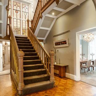 Пример оригинального дизайна: огромная п-образная лестница в викторианском стиле
