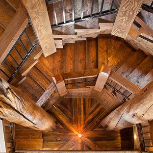 Diseño de escalera de caracol, rural, grande, con escalones de madera, contrahuellas de madera y barandilla de varios materiales
