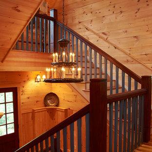 Modelo de escalera en U, tradicional renovada, de tamaño medio, con escalones de madera y contrahuellas de madera