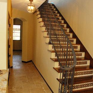 Ejemplo de escalera recta, mediterránea, de tamaño medio, con escalones de madera y contrahuellas con baldosas y/o azulejos