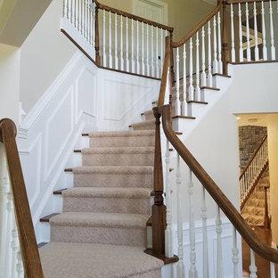 Idéer för en stor klassisk svängd trappa, med heltäckningsmatta och sättsteg med heltäckningsmatta