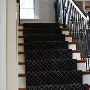 リッチモンドの中サイズの木のエクレクティックスタイルのおしゃれなかね折れ階段 (フローリングの蹴込み板、金属の手すり) の写真
