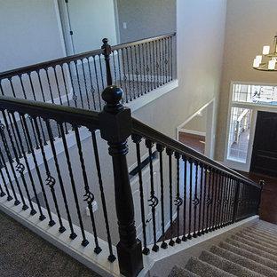 Imagen de escalera en U, tradicional renovada, de tamaño medio, con escalones enmoquetados y contrahuellas enmoquetadas