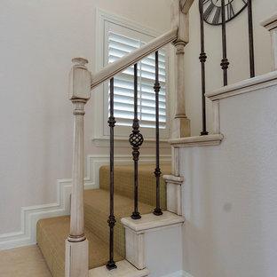 Imagen de escalera en L, mediterránea, pequeña, con escalones de madera pintada, contrahuellas de madera pintada y barandilla de varios materiales