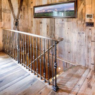 Exempel på en mellanstor rustik rak trappa i trä