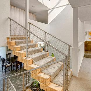Ejemplo de escalera contemporánea, de tamaño medio, con escalones de madera, contrahuellas de madera y barandilla de cable