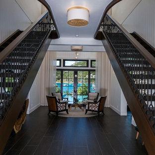 シカゴの木のトロピカルスタイルのおしゃれな階段 (金属の手すり) の写真
