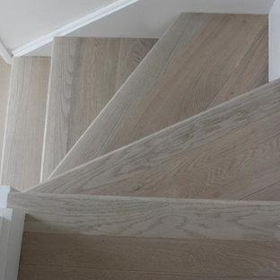 Diseño de escalera en L, pequeña, con escalones de madera y contrahuellas de madera