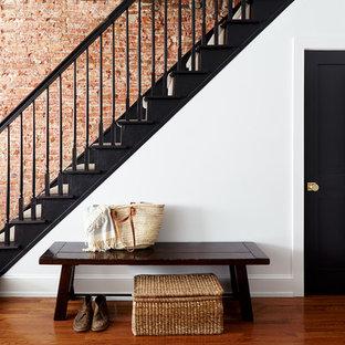 Ispirazione per una scala a rampa dritta chic di medie dimensioni con pedata in legno verniciato, alzata in legno verniciato e parapetto in legno