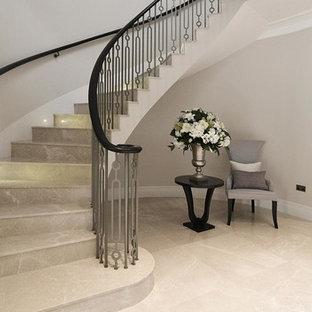 Ispirazione per una scala a chiocciola contemporanea di medie dimensioni con pedata in marmo e alzata in marmo