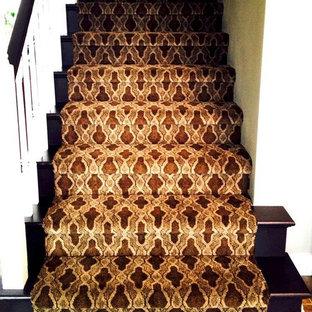 カンザスシティのカーペット敷きのシャビーシック調のおしゃれな直階段 (カーペット張りの蹴込み板) の写真