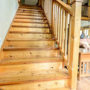 Ejemplo de escalera recta, rústica, de tamaño medio, con escalones de madera y contrahuellas de madera