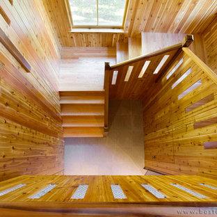 ボストンの中くらいの木のエクレクティックスタイルのおしゃれならせん階段 (木の蹴込み板) の写真
