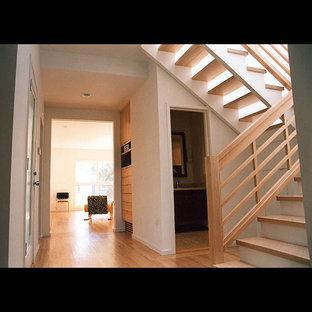 Modelo de escalera en L, contemporánea, grande, sin contrahuella, con escalones de madera