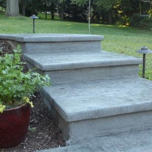 Diseño de escalera curva, minimalista, pequeña, con escalones de hormigón y contrahuellas de hormigón