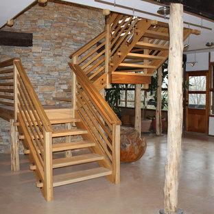 Inspiration för mellanstora asiatiska u-trappor i trä, med öppna sättsteg