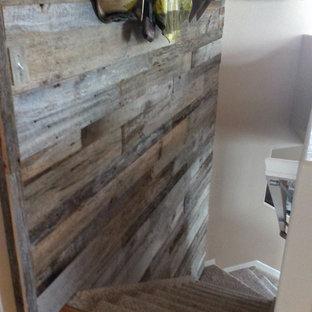 デンバーの中くらいのカーペット敷きのラスティックスタイルのおしゃれな折り返し階段 (カーペット張りの蹴込み板、木材の手すり) の写真