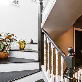 Imagen de escalera en U, escandinava, con escalones de madera, contrahuellas de madera pintada y barandilla de madera