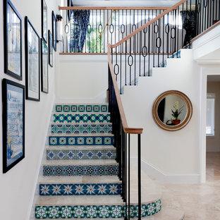 タンパの中サイズのタイルの地中海スタイルのおしゃれなかね折れ階段 (タイルの蹴込み板) の写真