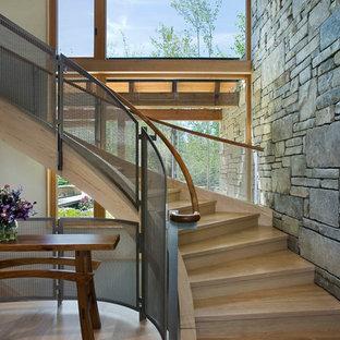 Foto de escalera curva, rural, con escalones de madera y contrahuellas de madera