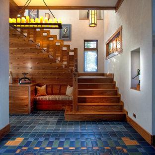 Ejemplo de escalera en L, de estilo americano, grande, con escalones de madera, contrahuellas de madera y barandilla de madera
