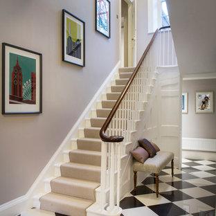 Diseño de escalera recta, clásica, con escalones enmoquetados y contrahuellas enmoquetadas