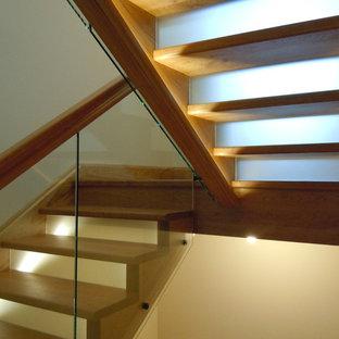 Foto de escalera en U, rural, grande, con escalones de madera pintada, contrahuellas de vidrio y barandilla de madera