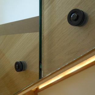 Modelo de escalera en U, rural, grande, con escalones de madera pintada, contrahuellas de vidrio y barandilla de madera