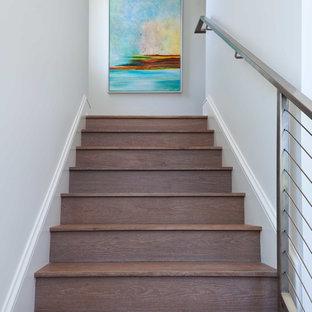 マイアミのトロピカルスタイルのおしゃれな階段の写真