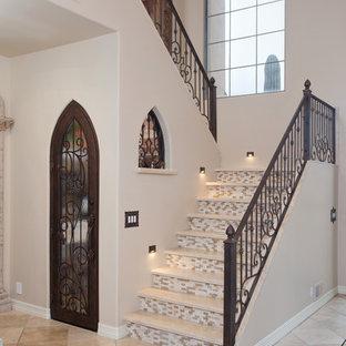 Свежая идея для дизайна: п-образная лестница среднего размера в средиземноморском стиле с подступенками из плитки, ступенями из травертина и металлическими перилами - отличное фото интерьера
