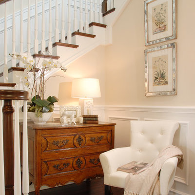 Example of a mid-sized classic wooden staircase design in Los Angeles
