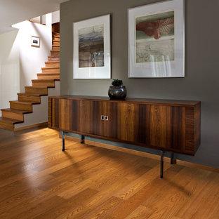Удачное сочетание для дизайна помещения: изогнутая лестница среднего размера в стиле ретро с деревянными ступенями и деревянными подступенками - самое интересное для вас