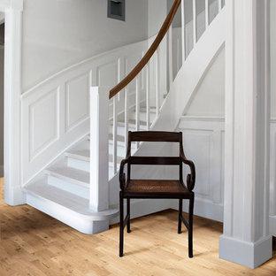 Inspiration pour un escalier traditionnel en L de taille moyenne avec des marches en bois peint et des contremarches en bois peint.